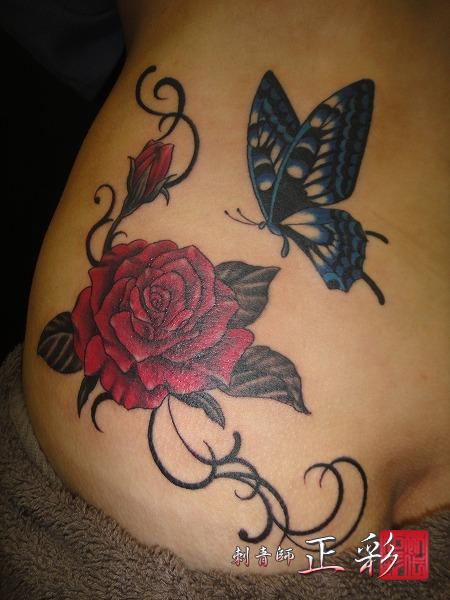 バラの花と蝶